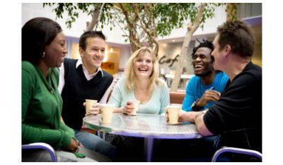 Contoh Percakapan Antara 5 Orang dalam Bahasa Inggris Beserta Arti.