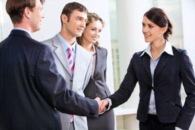 Perbedaan Formal Greeting (Sapaan Resmi) dan Informal Greeting (sapaan tidak resmi) beserta Cara Merespon dan Contoh Kalimat dalam Bahasa Inggris