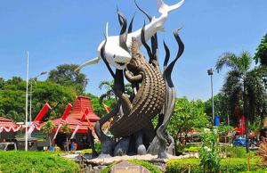 """Contoh Descriptive Text """"Kota Surabaya"""" Dalam Bahasa Inggris Beserta Arti Lengkap"""