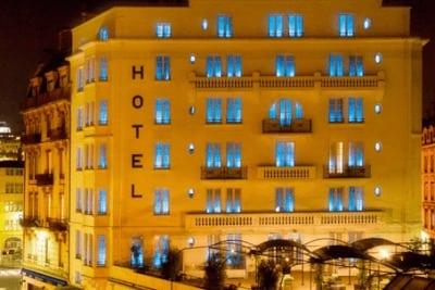 """Apa Perbedaan """"In the Hotel"""" Dan """"At the Hotel"""" Dalam Bahasa Inggris?"""